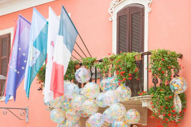 Novigrad, Istrien, Kroatien - Flaggen und Strandbälle auf einem malerischen Balkon – Foto