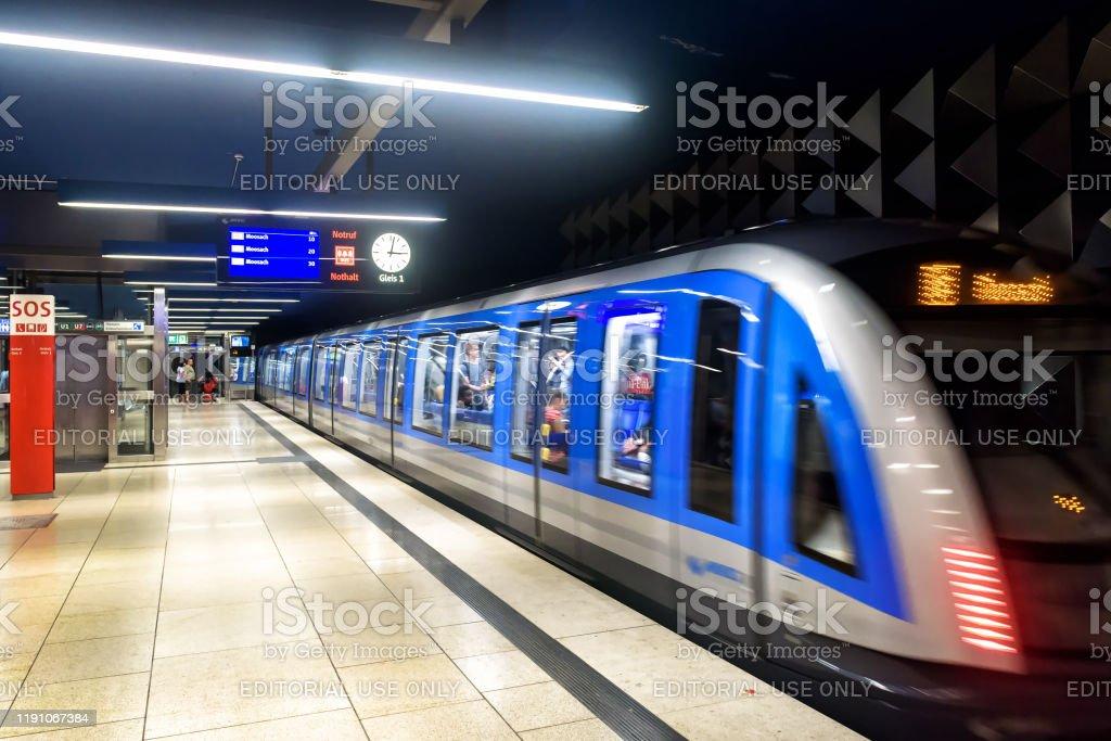 an der U-Bahn-Station in München. Zugfilme in der modernen U-Bahn. - Lizenzfrei Bahnreisender Stock-Foto