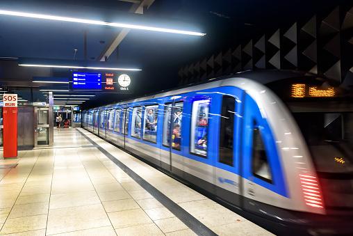 An Der Ubahnstation In München Zugfilme In Der Modernen Ubahn Stockfoto und mehr Bilder von Bahnreisender