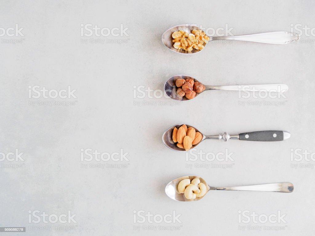 Nüsse auf Metalllöffel ストックフォト