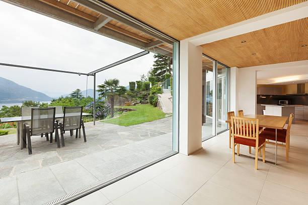 innere, dining room, mit blick auf veranda - veranda decke stock-fotos und bilder