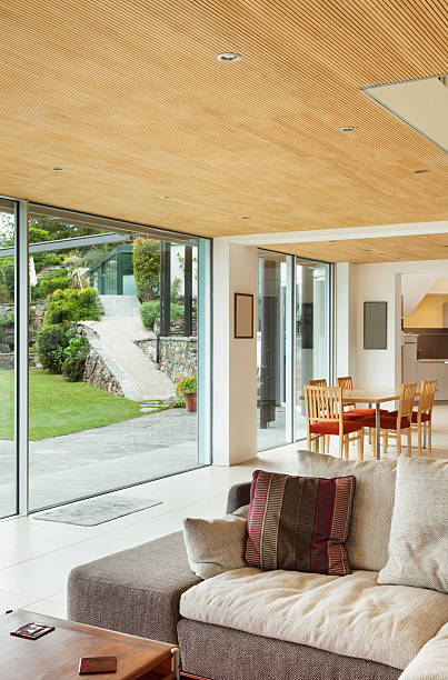 innere, wohnzimmer, veranda mit blick auf - veranda decke stock-fotos und bilder