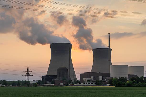 nuclear power Ein laufendes Atomkraftwerk gegen den Abendhimmel fotografiert. fukushima nuclear plant stock pictures, royalty-free photos & images