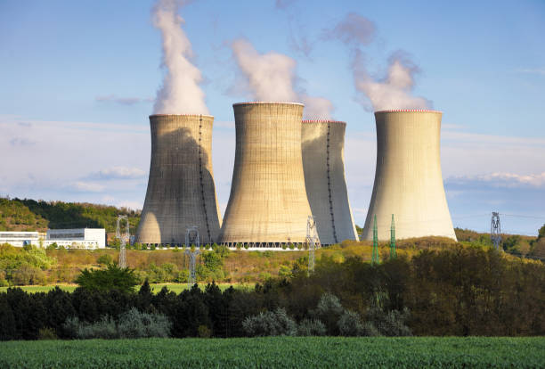 nuclear power plant at day - reattore nucleare foto e immagini stock