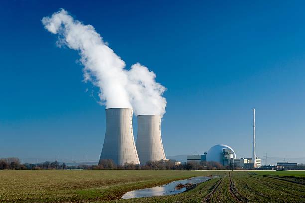 centrale nucleare grohnde torri di raffreddamento con vapore - reattore nucleare foto e immagini stock