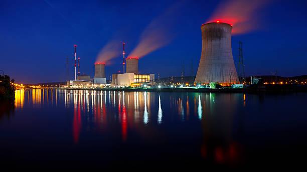 centrale nucleare panorama di notte - reattore nucleare foto e immagini stock