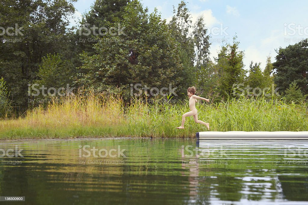 살색 하위 뛰어내림 대상쪽으로 호수 부두에서 스톡 사진