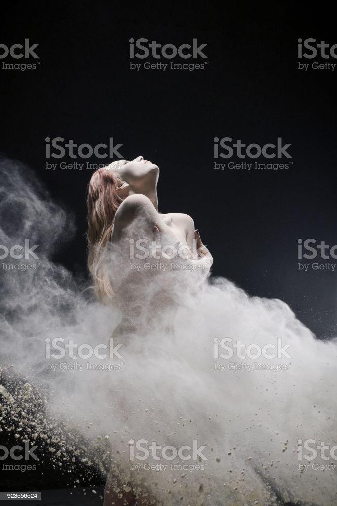 Nackte rothaarige Mädchen in weißen Staubwolke erschossen – Foto