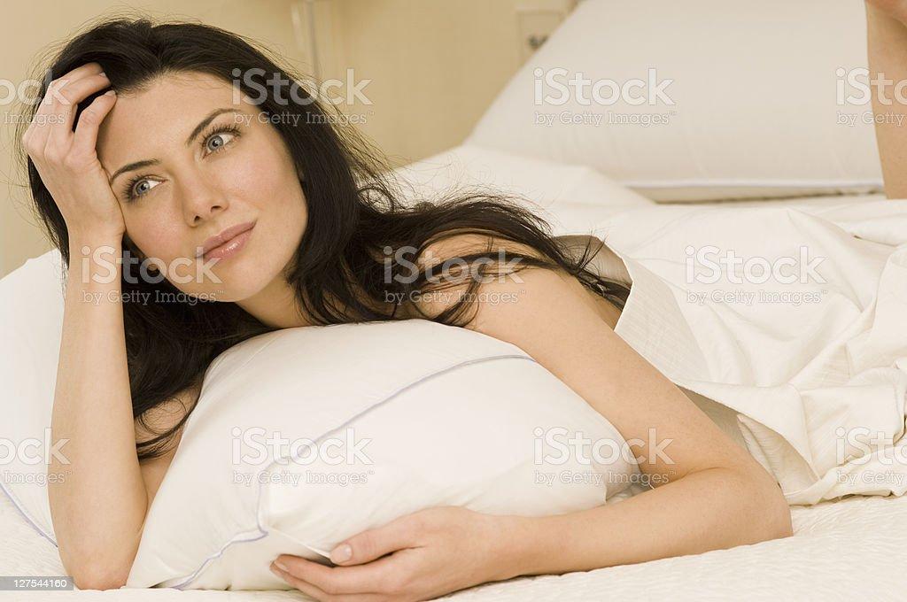 Mujer bella desnuda posando cama photo 618