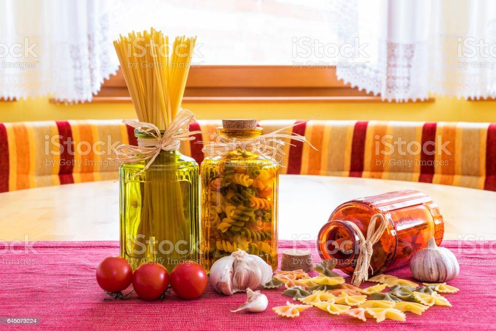 Nudeln mit Tomaten und Knoblauch stock photo