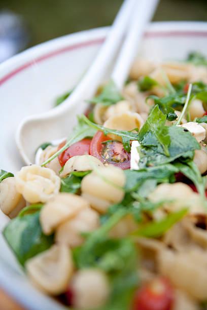 pasta tubes - nudelsalat zum grillen stock-fotos und bilder