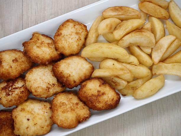 Nuggets di pollo e patatine fritte Nuggets di pollo e patatine fritte patatine fritte stock pictures, royalty-free photos & images
