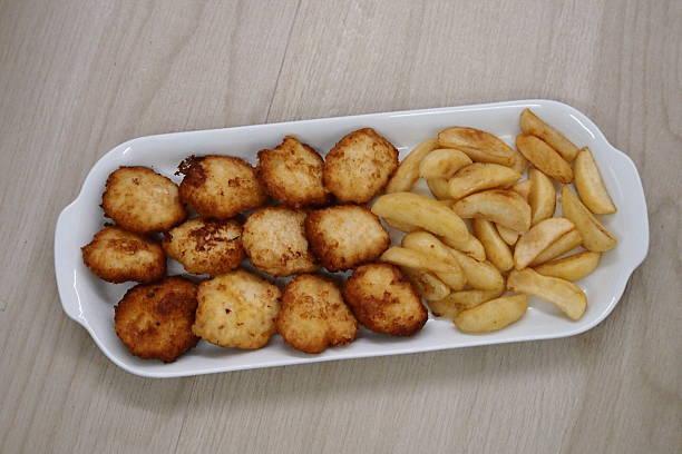 Nuggets e patatine fritte Nuggets e patatine fritte patatine fritte stock pictures, royalty-free photos & images