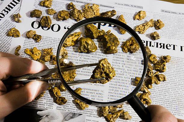 nuggets auf papier. - aurum stock-fotos und bilder