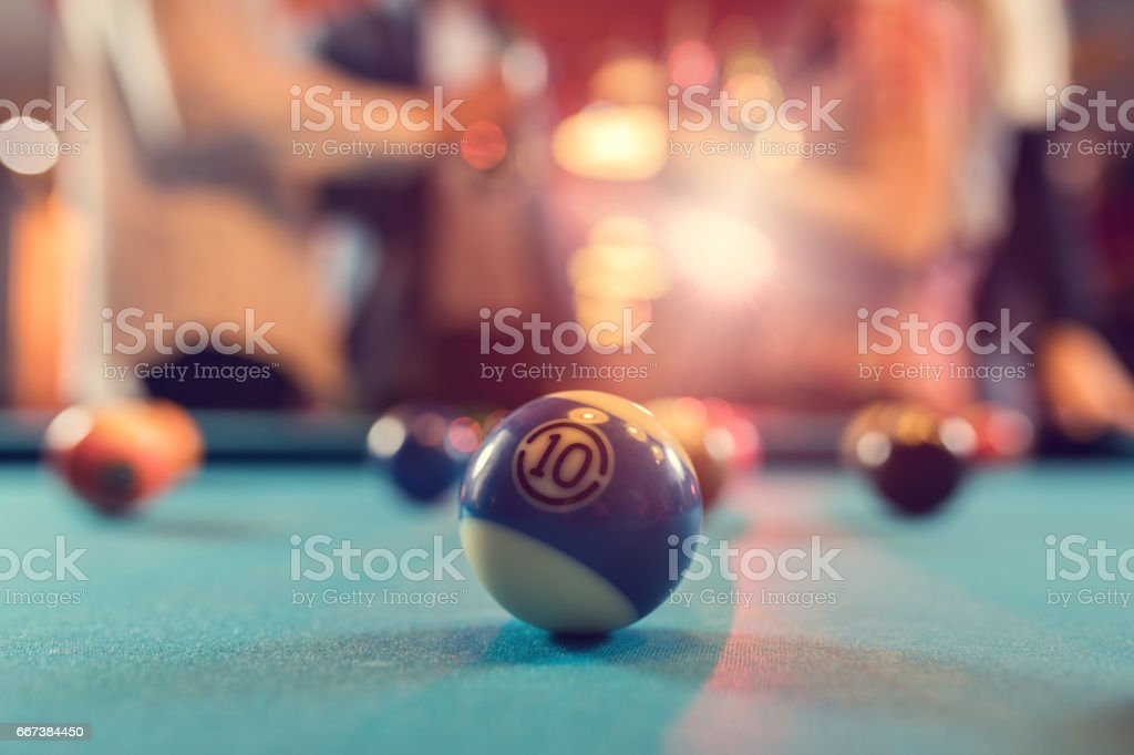 Boule de billard numéro 10 sur la table de billard. - Photo