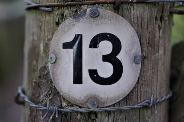 nummer 13 im kreisförmigen brett - freitag der 13 stock-fotos und bilder