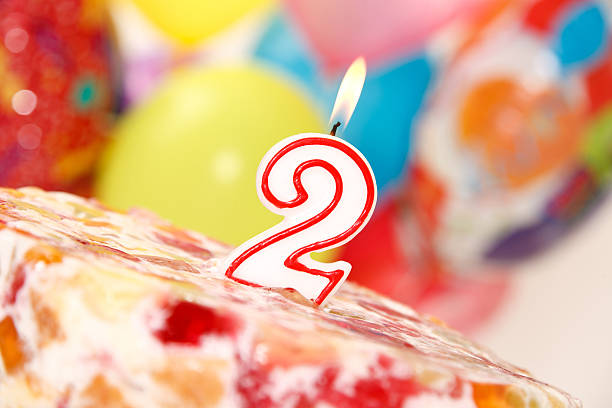 Nummer 2 Kerzen auf Kuchen – Foto