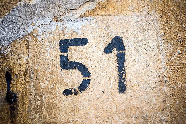 número 51 en pared - numero 51 fotografías e imágenes de stock