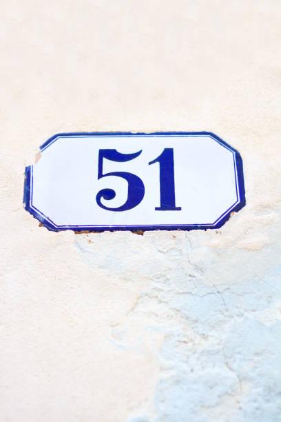 número 51 dirección baldosas en la pared de color rosa pálido - numero 51 fotografías e imágenes de stock