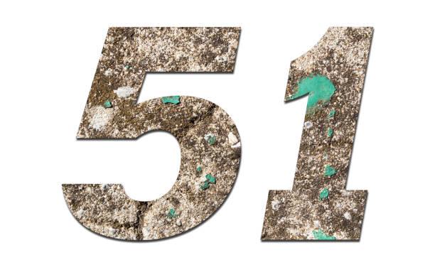 número 51 con pared antigua sobre fondo blanco, número de piedra - numero 51 fotografías e imágenes de stock