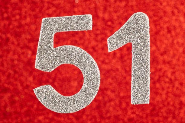 número cincuenta y uno de plata sobre un fondo rojo. aniversario. horizontal - numero 51 fotografías e imágenes de stock