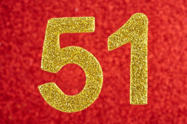 número cincuenta y uno amarillo sobre un fondo rojo. aniversario. - numero 51 fotografías e imágenes de stock