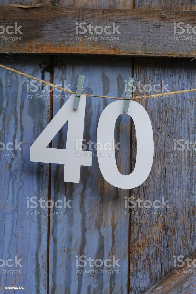 Número quarenta e indexada em uma linha de lavagem - foto de acervo