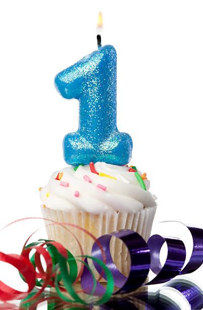 nummer 1 (1) kerze auf cupcake mit rüschen - nummer 1 kuchen stock-fotos und bilder