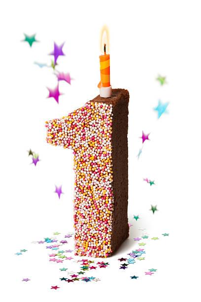 nummer eins schokolade geburtstagskuchen mit kerzen - nummer 1 kuchen stock-fotos und bilder