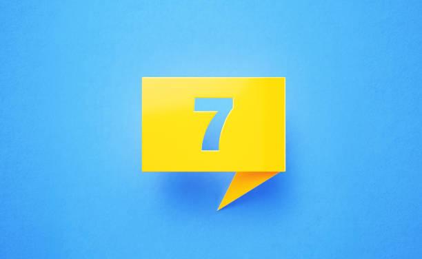 青の背景に番号セブン書き黄色のチャットバブル - 7 ストックフォトと画像