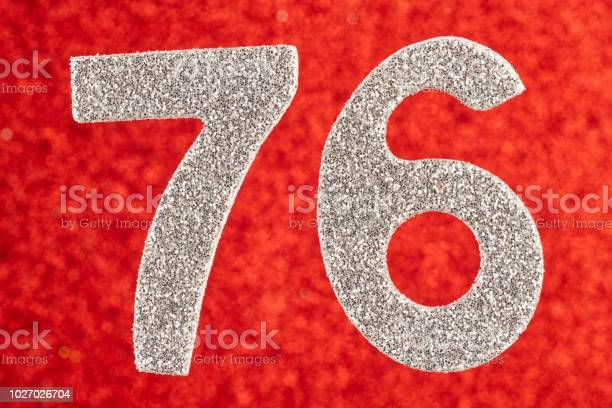 Foto De Numero 76 Cor De Prata Sobre Um Fundo Vermelho Aniversario E Mais Fotos De Stock De 1970 1979 Istock