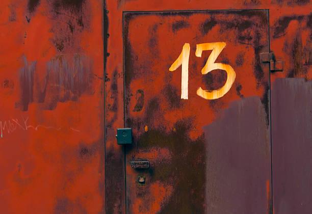 zahl 13 auf roten metall abschließbaren tür. - number 13 stock-fotos und bilder
