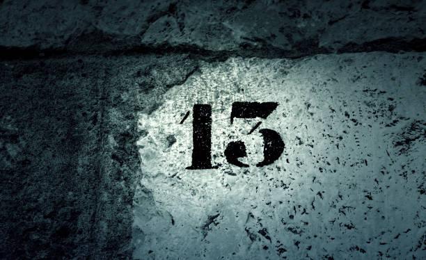 nummer dreizehn wand - number 13 stock-fotos und bilder