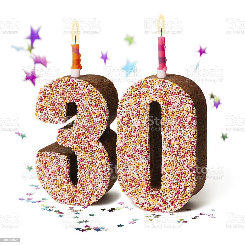 Número de treinta chocolate pastel de cumpleaños con velas bien - foto de stock