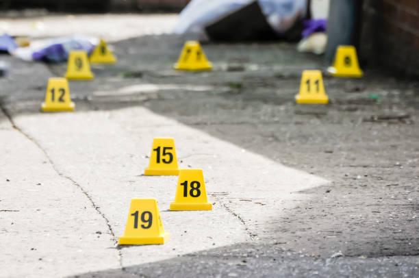 nummerierte kegel markieren beweise, nachdem zwei rohrbomben explodiert sind. - tatort von menschen geschaffener raum stock-fotos und bilder