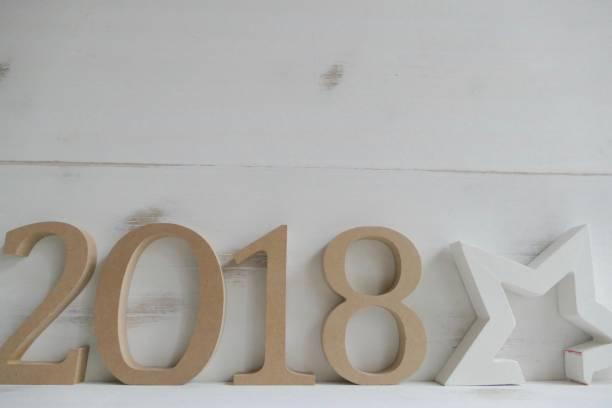 zahlen 2018 auf weißen holzwand mit sternen form, neujahr - erfolgreich wünschen stock-fotos und bilder
