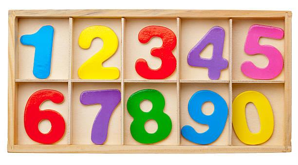 las cifras en una caja - suministros escolares fotografías e imágenes de stock