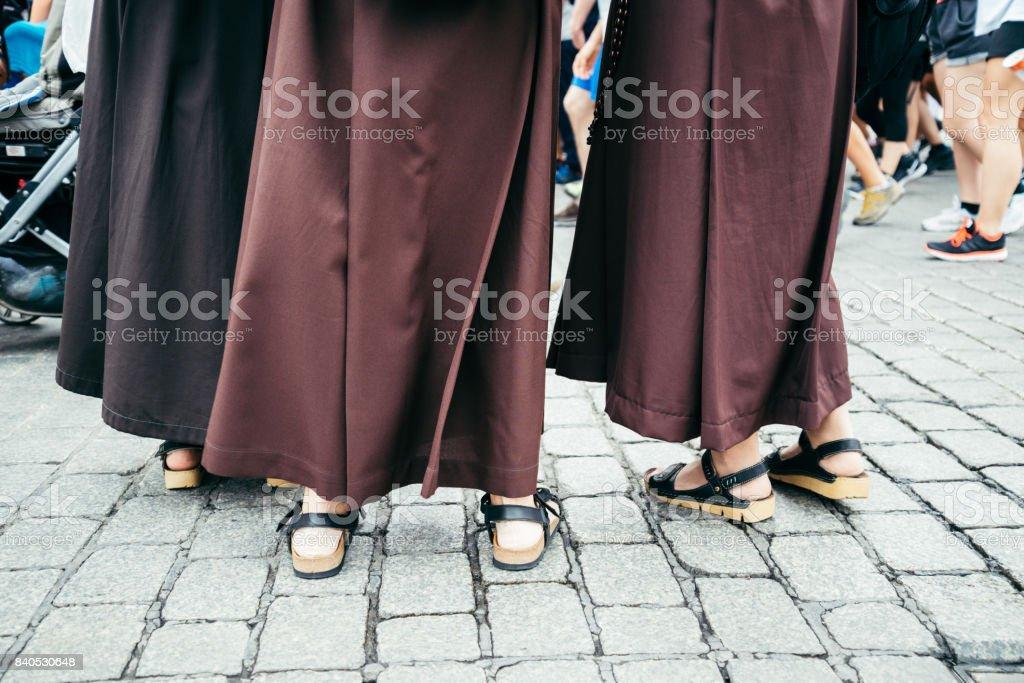 pés de freira na multidão - foto de acervo