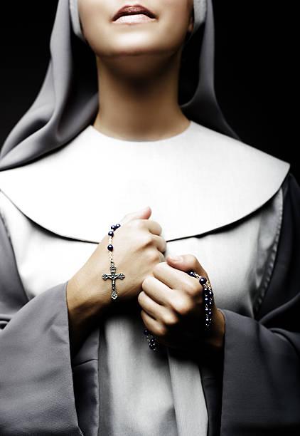 monja de oración - hermana fotografías e imágenes de stock