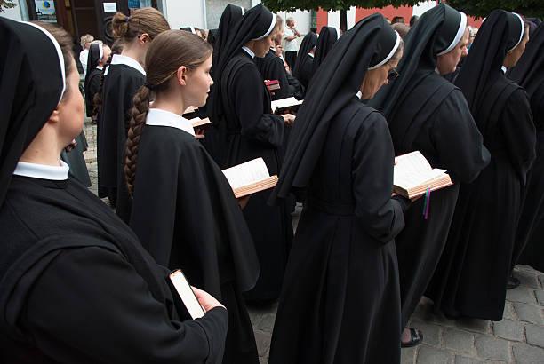 monjas participar en celebración religiosa - hermana fotografías e imágenes de stock