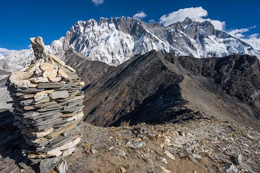 Nuptse And Lhotse Mountain Peak In Everest Region View From Chukung Ri Nepal — стоковые фотографии и другие картинки Moraine