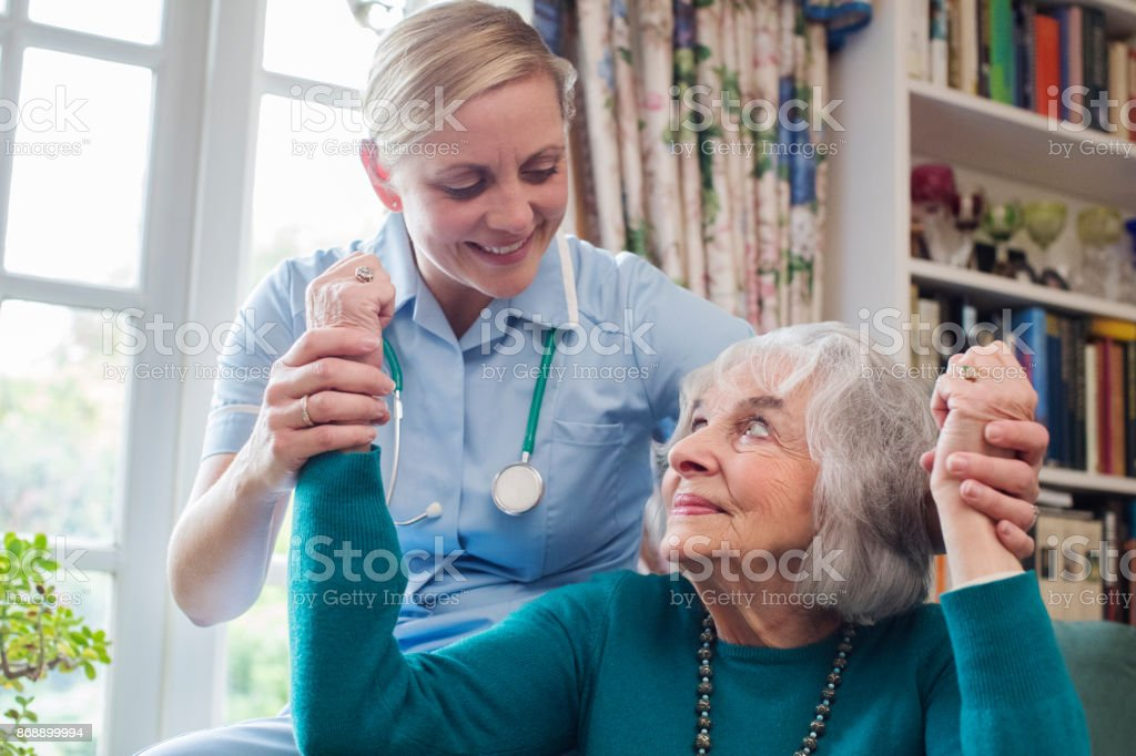 L'infirmière d'évaluation victime d'AVC en levant les bras - Photo