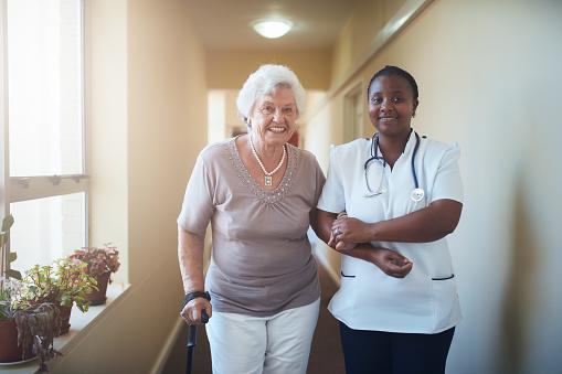 看護師のお手伝いシニア患者を歩く - 2人のストックフォトや画像を多数ご用意
