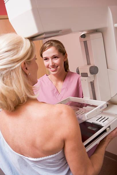 krankenschwester unterstützung des patienten mammografie - mammografie stock-fotos und bilder