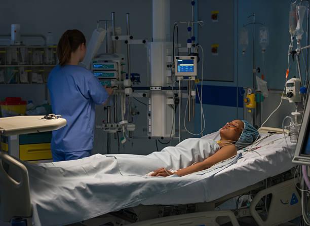 nurse caring patient - ventilator bed stockfoto's en -beelden
