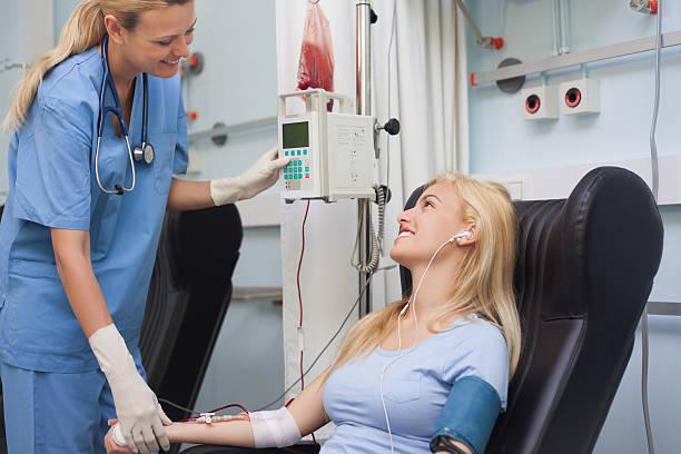 Infermiera controllando il polso di un paziente - foto stock