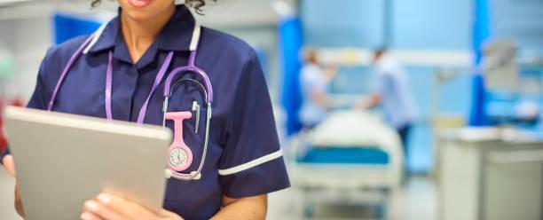 nurse close-up with tablet - infermiera personale medico foto e immagini stock