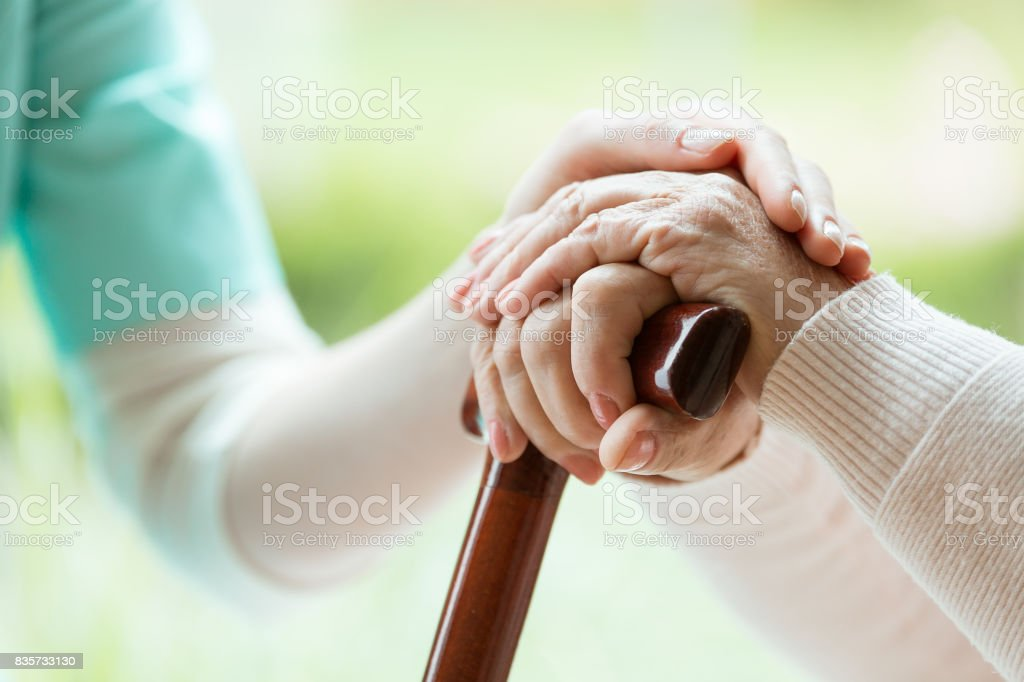 Enfermera la señora elder reconfortante - foto de stock