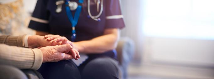 Sjuksköterska Tröstande Patient På Patientens Hem-foton och fler bilder på 70-79 år