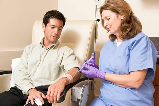 간호사가 환자 주입 튜브를 통해 제공 - 화학 요법 치료제 뉴스 사진 이미지